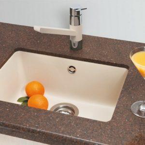 Установка керамической раковины на кухне в столешницу и в ванной