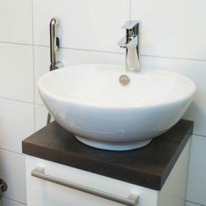 Установка маленькой раковины в туалете и ванной